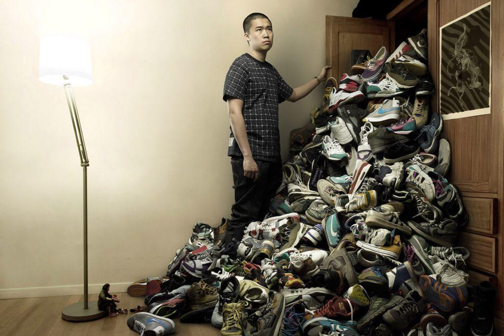 куча обуви вывалилось из шкафа