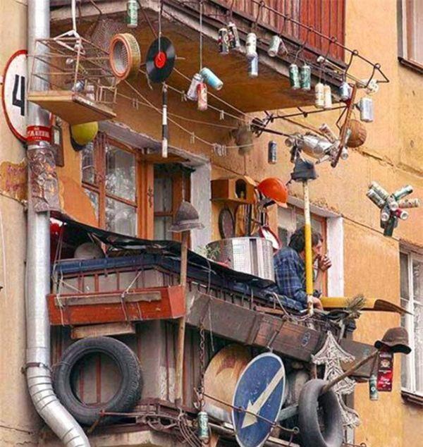 много ненужных вещей хранятся на балконе