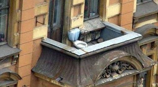 В старом доме на балконе прописался унитаз