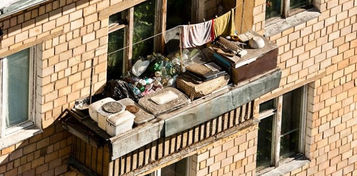 открытый балкон забит вещами